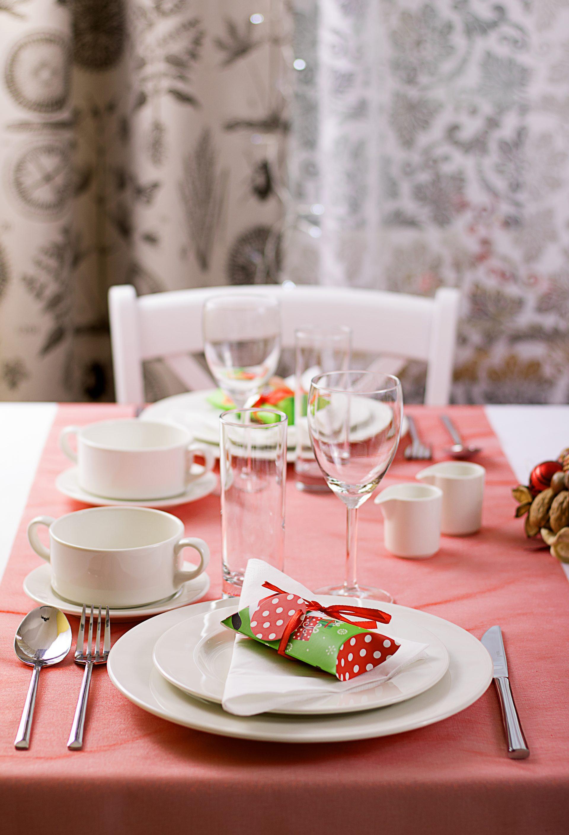 Świąteczna dekoracja stołu na Wigilię - czerwona
