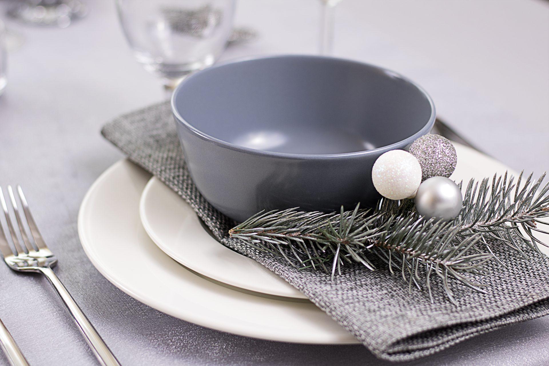 Biel, srebro, szarość i zima na stole - dekoracja stołu
