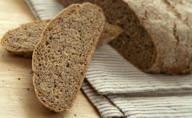 Chleb razowy z makiem i ziołami