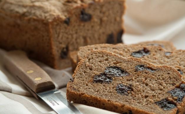 Chleb żytni z suszonymi śliwkami
