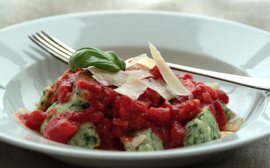 Zielone gnocchi z sosem pomidorowym i parmezanem