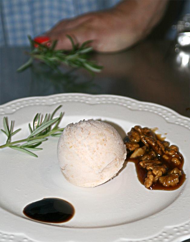 Sorbet gruszkowy z balsamico, prażonymi orzechami w karmelu z rozmarynem