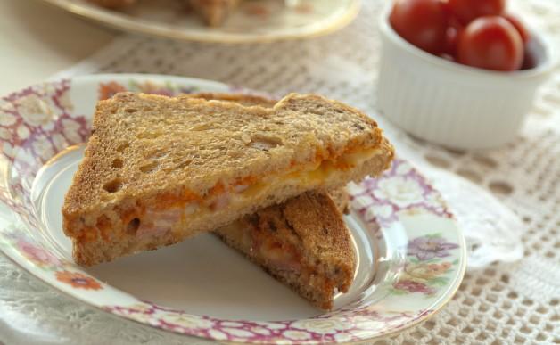 Grzanki z musztardą i serem