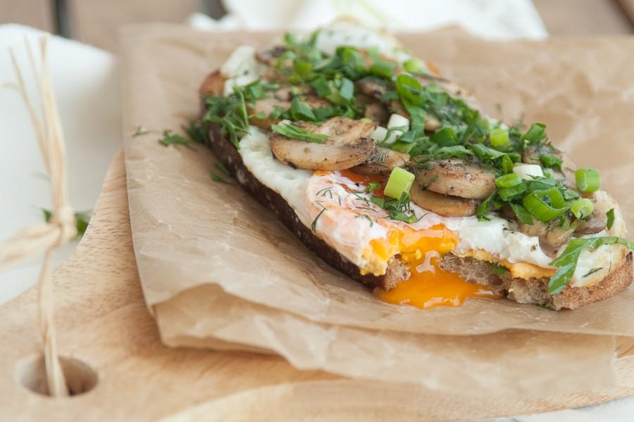 Jajko na toście z pieczarkami