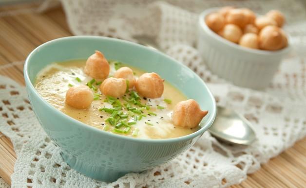 Krem z pora i ziemniaków z groszkiem