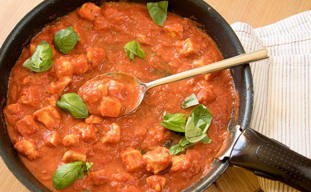Pierś z lurczaka w sosie pomidorowym