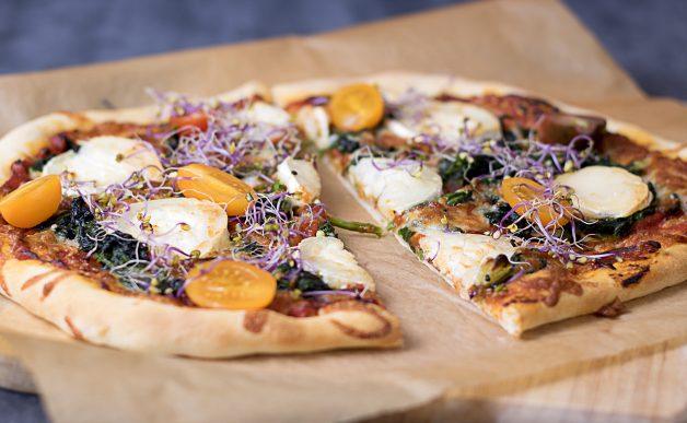 Pizza z kozim serem i szpinakiem