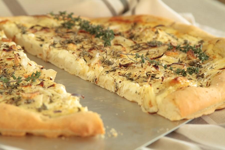 Pizza z cebulą i crème fraiche