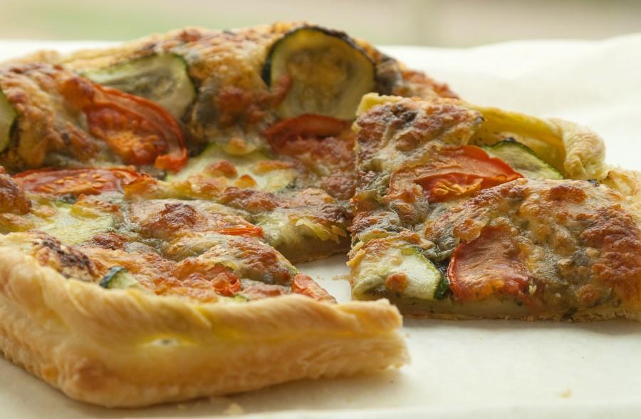 Pizza na francuskim cieście z pesto i mozzarellą