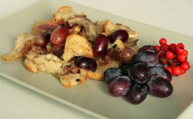 Sałatka chlebowa z szynką parmeńską i grzybami