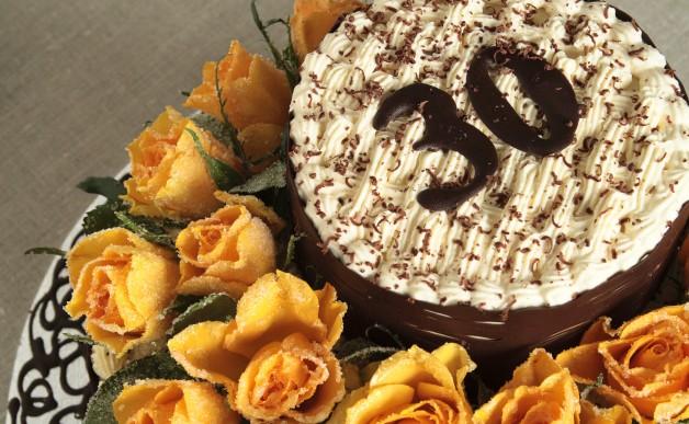 Tort tiramisu z krystalizowanymi różami