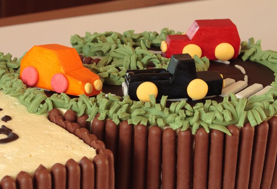 Tort waniliowy z samochodami