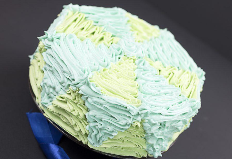 Tort waniliowy z konfiturą z czarnej porzeczki