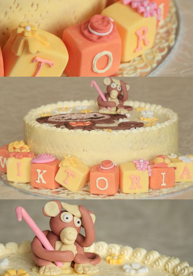 Tort kokosowy z małpka z lukru plastycznego, płaska postać z bajki i kostki z imieniem