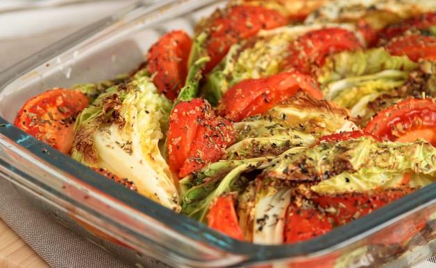 Zapiekana kapusta włoska z pomidorami