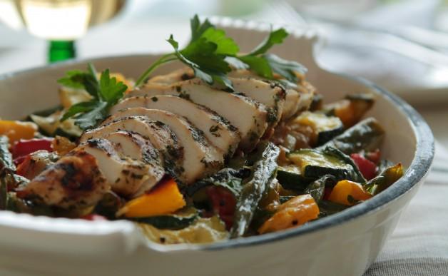 Zapiekanka z warzyw i grillowany kurczak